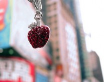 A glittering big apple charm with NYC as a backdrop